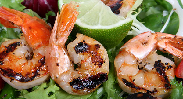 Barbecued shrimp on salad with lime